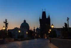 Vista nocturna de Charles Bridge, Praga, República Checa fotografía de archivo