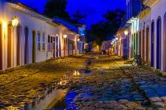 Vista nocturna de la calle del centro histórico en Paraty, Rio de Janeiro, el Brasil imagenes de archivo