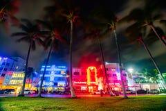 Vista nocturna de la calle del sur de la impulsión del Playa-océano, diseño histórico del art déco de los hoteles imagenes de archivo