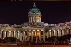 Vista nocturna de la catedral de Kaz?n Iglesia ortodoxa rusa en la perspectiva de Nevsky, St Petersburg fotografía de archivo libre de regalías