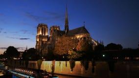 Vista nocturna de la catedral de Notre Dame en París almacen de video