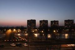 Vista nocturna de la ciudad de Kiev sobre el lago February-2019 rainbow imagen de archivo