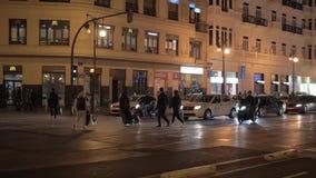 Vista nocturna de la gente en paso de peatones en Carrer de Xativa Valencia, Espa?a almacen de metraje de vídeo