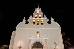 Vista nocturna de la iglesia de Iglesia de Santiago en Mérida, Mexi imagen de archivo libre de regalías