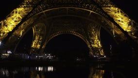 Vista nocturna de la torre Eiffel famosa en París, Francia el símbolo del turismo almacen de video