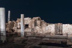 Vista nocturna de las ruinas de la ciudad de Caesarea en la costa mediterr?nea, que fue construida por el rey de Judea, Herod el  fotos de archivo