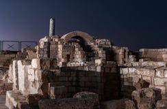 Vista nocturna de las ruinas de la ciudad de Caesarea en la costa mediterr?nea, que fue construida por el rey de Judea, Herod el  imagen de archivo