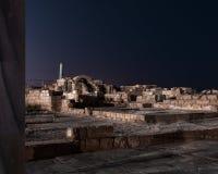 Vista nocturna de las ruinas de la ciudad de Caesarea en la costa mediterr?nea, que fue construida por el rey de Judea, Herod el  imagen de archivo libre de regalías