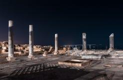 Vista nocturna de las ruinas de la ciudad de Caesarea en la costa mediterr?nea, que fue construida por el rey de Judea, Herod el  imagenes de archivo
