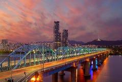 Vista nocturna de Seul por el río Han en Corea del Sur imagenes de archivo