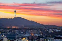 Vista nocturna de Seul y de la torre de Seul en Corea del Sur imagen de archivo libre de regalías