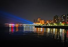 Vista nocturna de una ciudad de playa, Yantai, China fotografía de archivo