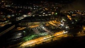 Vista nocturna de una fábrica de los muebles imagenes de archivo