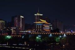 Vista nocturna de Xian City de los terraplenes de la pared, - Imagen fotografía de archivo