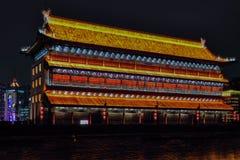 Vista nocturna de Xian City de los terraplenes de la pared, - Imagen foto de archivo