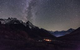 Vista nocturna del campo turístico en Dombay, Rusia fotos de archivo libres de regalías