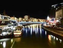Vista nocturna del Danubio que cruza Viena imagenes de archivo