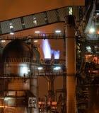 Vista nocturna del equipo del horno de la planta metalúrgica foto de archivo