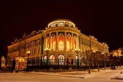 Vista nocturna del palacio de Sevastianov en Ekaterimburgo, Rusia imagen de archivo