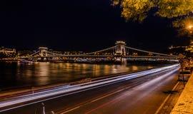 Vista nocturna del puente de cadena de Budapest fotos de archivo libres de regalías