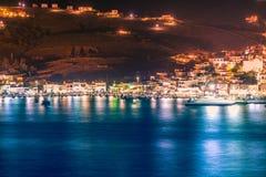 Vista nocturna del puerto de Gavrio en la isla de Andros en Grecia fotos de archivo libres de regalías