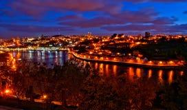 Vista nocturna del río del Duero en Oporto foto de archivo