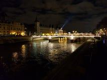vista nocturna del río Sena imagen de archivo