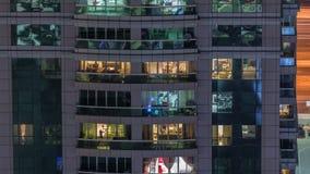 Vista nocturna del timelapse exterior de la construcción de viviendas Alto rascacielos de la subida con las luces del centelleo e metrajes