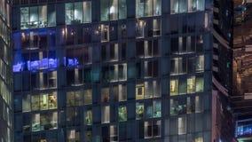 Vista nocturna del timelapse exterior de la torre del apartamento Alto rascacielos de la subida con las luces del centelleo en ve almacen de video
