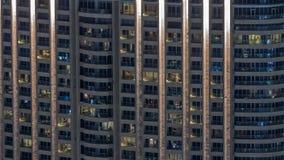 Vista nocturna del timelapse exterior de la torre del apartamento Alto rascacielos de la subida con las luces del centelleo en ve metrajes