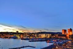 Vista nocturna en ayuntamiento Oslo, el puerto y la Oslo CIrt - primavera 2017 imagenes de archivo