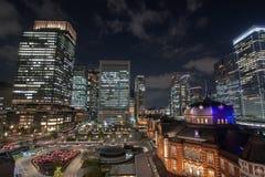 Vista nocturna en la estación de Tokio en Tokio, Japón fotos de archivo