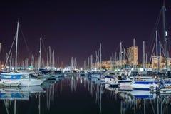 Vista nocturna en los veleros, mar de Mediterrenean del puerto deportivo de Alicante fotografía de archivo libre de regalías