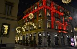 Vista nocturna hermosa al adornado para la Navidad en boutique rojo de la moda de Cartier de las rayas fotografía de archivo