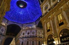 Vista nocturna hermosa del Año Nuevo a la bóveda azul gigante de la galería de Vittorio Emanuele II fotos de archivo libres de regalías