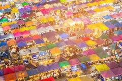 Vista nocturna múltiple de mercado de pulgas de la visión aérea fotografía de archivo