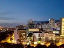 Vista nocturna o paisaje panorámica que sorprende de la ciudad de Medellin en Colombia, con skybuildings y parques fotografía de archivo libre de regalías