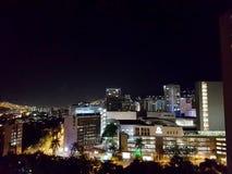 Vista nocturna o paisaje panor?mica que sorprende de la ciudad de Medellin en Colombia, con skybuildings y parques imagenes de archivo