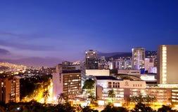 Vista nocturna o paisaje panor?mica que sorprende de la ciudad de Medellin en Colombia, con skybuildings y parques fotografía de archivo