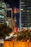 Vista nocturna vertical del ojo de la torre de Sydney de la calle de mercado con la gente en Sydney NSW Australia imágenes de archivo libres de regalías