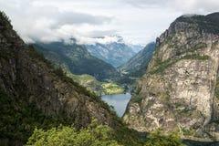 Vista norvegese classica con le montagne, gli alberi ed il fiordo, Norvegia Fotografie Stock Libere da Diritti