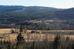 Vista norvegese su un'azienda agricola nelle montagne Fotografie Stock Libere da Diritti