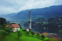 Vista norvegese tipica del ponte attraverso il fiordo Fotografie Stock