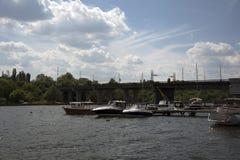 Vista nos barcos do rio Fotografia de Stock Royalty Free