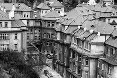 A vista nos telhados traga o monte de Vysehrad fotografia de stock royalty free