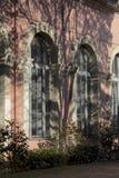 Vista nostalgica di una coppia di finestre incurvate di una costruzione del XIX secolo di neo-rinascita fotografia stock libera da diritti
