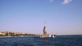 Vista nubile della torre dal mare di Bosphorus a Costantinopoli, Turchia stock footage