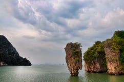 Vista di oceano dell'isola di James Bond con il cielo nuvoloso nella baia di Phang Nga, A Immagini Stock Libere da Diritti