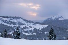 Vista nuvolosa di inverno nelle alpi francesi Fotografie Stock