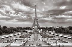 Vista nuvolosa di paesaggio urbano della Torre Eiffel fotografia stock